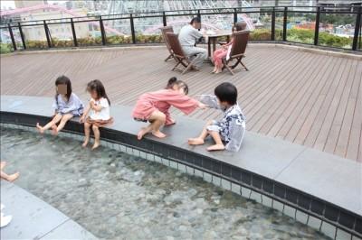 小さな子供たちも足湯を楽しむシーン