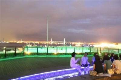 夜のベイブリッジを見ながら足湯を楽しむ
