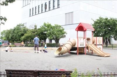 寒川中央公園の柵に囲まれた遊具広場