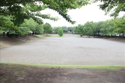 遊具広場の隣にある下が土の広場