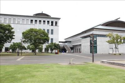 寒川中央公園の総合体育館の建物