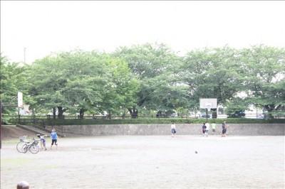 バスケットゴールのある広場