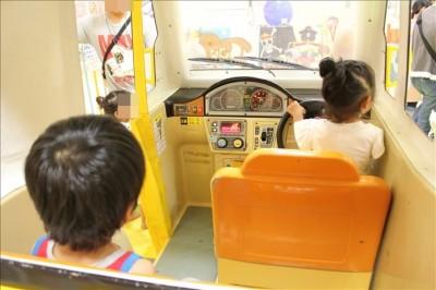 遊遊キッズ愛ランドの車の乗り物で遊ぶ子供たち
