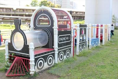 機関車の形の遊具