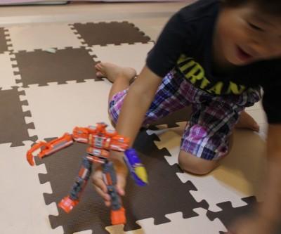 トッキュウジャービルドダイオーで遊ぶ3歳児