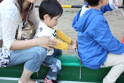 栗山近隣公園のミニSLに乗るペン太
