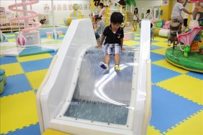 水が流れる透明のミニ滑り台