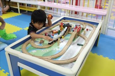 木のレールと列車の玩具コーナー