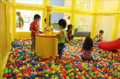 ボールプールで遊ぶ子供たちの様子