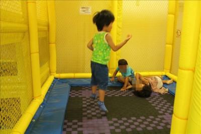 トランポリンで遊ぶ3歳児