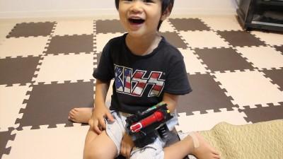 トッキュウチェンジャーを付けて大喜びの息子3歳