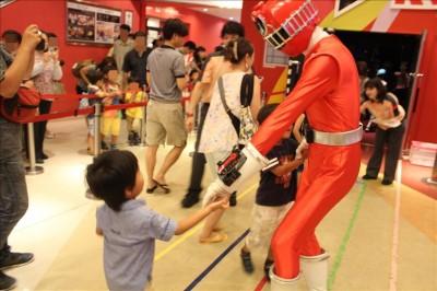 トッキュウ1号と握手する息子3歳