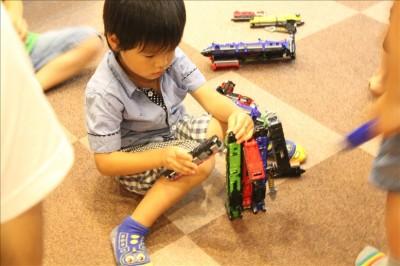 列車合体トッキュウオーで遊ぶ息子