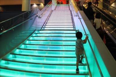 トーキョードームシティアトラクションズの階段
