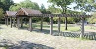 花の広場の屋根付きベンチ
