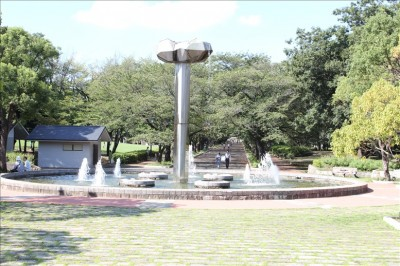 花の広場の大型の噴水