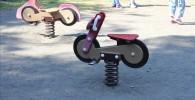 バイクの形をしたスプリング遊具