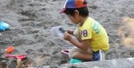 お砂場で砂遊びをするペン太