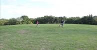 丸い丘の芝生の広場