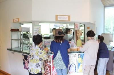 カフェでアイスを購入するペン母