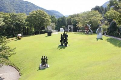 綺麗な芝生と彫刻たち