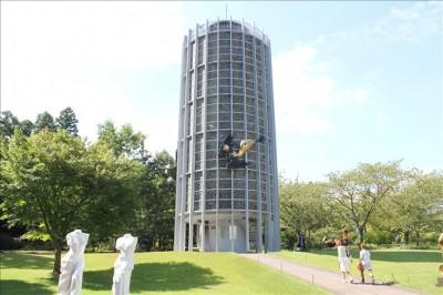 幸せをよぶシンフォニー彫刻タワーを外から撮影