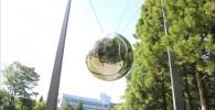 吊り下げられた銀色の大きな玉