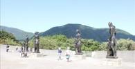 箱根の美しい自然をバックに立っている彫刻