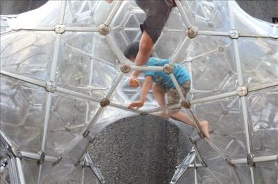 シャボン玉の城で遊ぶ幼児たち