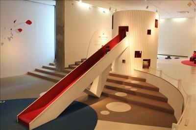 屋内にあるアートな形の滑り台