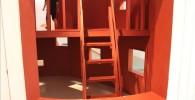 オレンジ色の滑り台用の階段