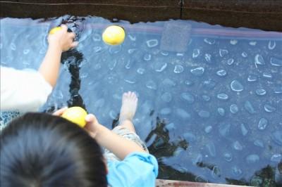 足湯を楽しむ親子