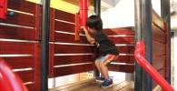 潜望鏡を覗き込む3歳の息子