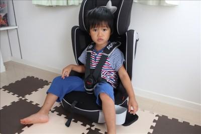 実際にジュニアシートに息子を座らせてみた写真