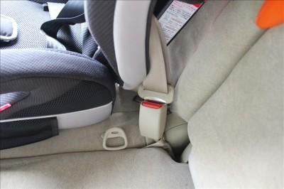 ジュニアシートをシートベルトで固定