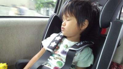 買ったばかりのジュニアシートで寝る3歳の息子