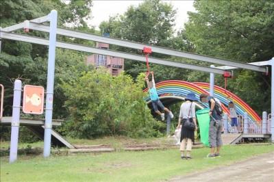 ターザンロープで遊ぶ子供たちの様子