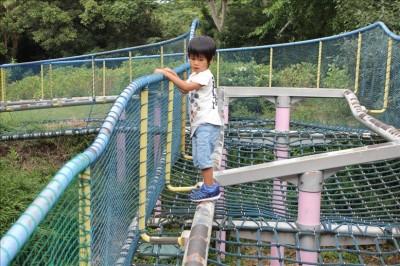 アスレチックに挑戦する3歳の息子