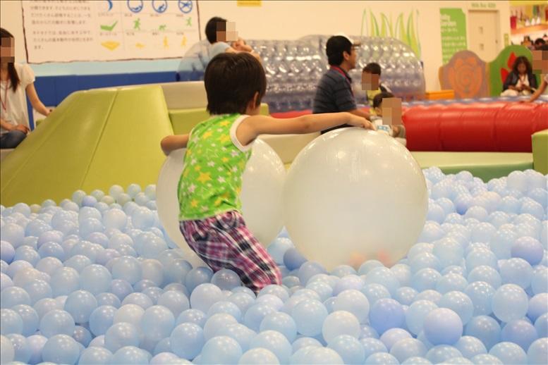 キドキドのボールプールの大きなボール