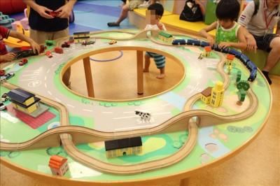木のレールと磁石の車や列車