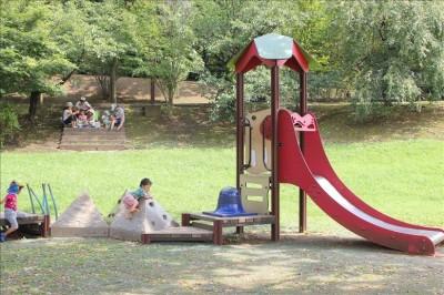 幼児向けの赤い滑り台