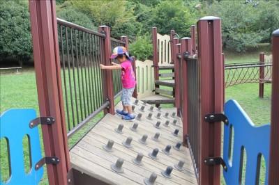 斜めの板を渡る3歳児