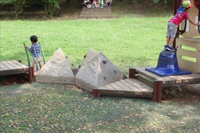 ピラミッド型の岩のアスレチック