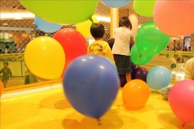 風船のプレイルームで遊ぶ幼児