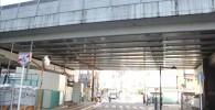 東急SQUARE横の東急東横線高架下の道路