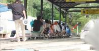ミニ鉄道の出発を待つ人々
