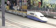 ミニ新幹線に乗車する子供達