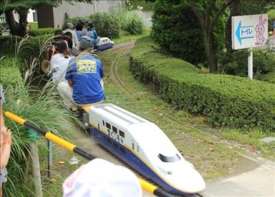 ミニ新幹線E4系MAXが踏切を通過