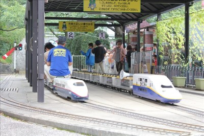始発駅で並ぶ新幹線「こまち」と新幹線E4系MAX