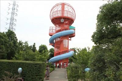 赤い展望滑り台の搭の概観